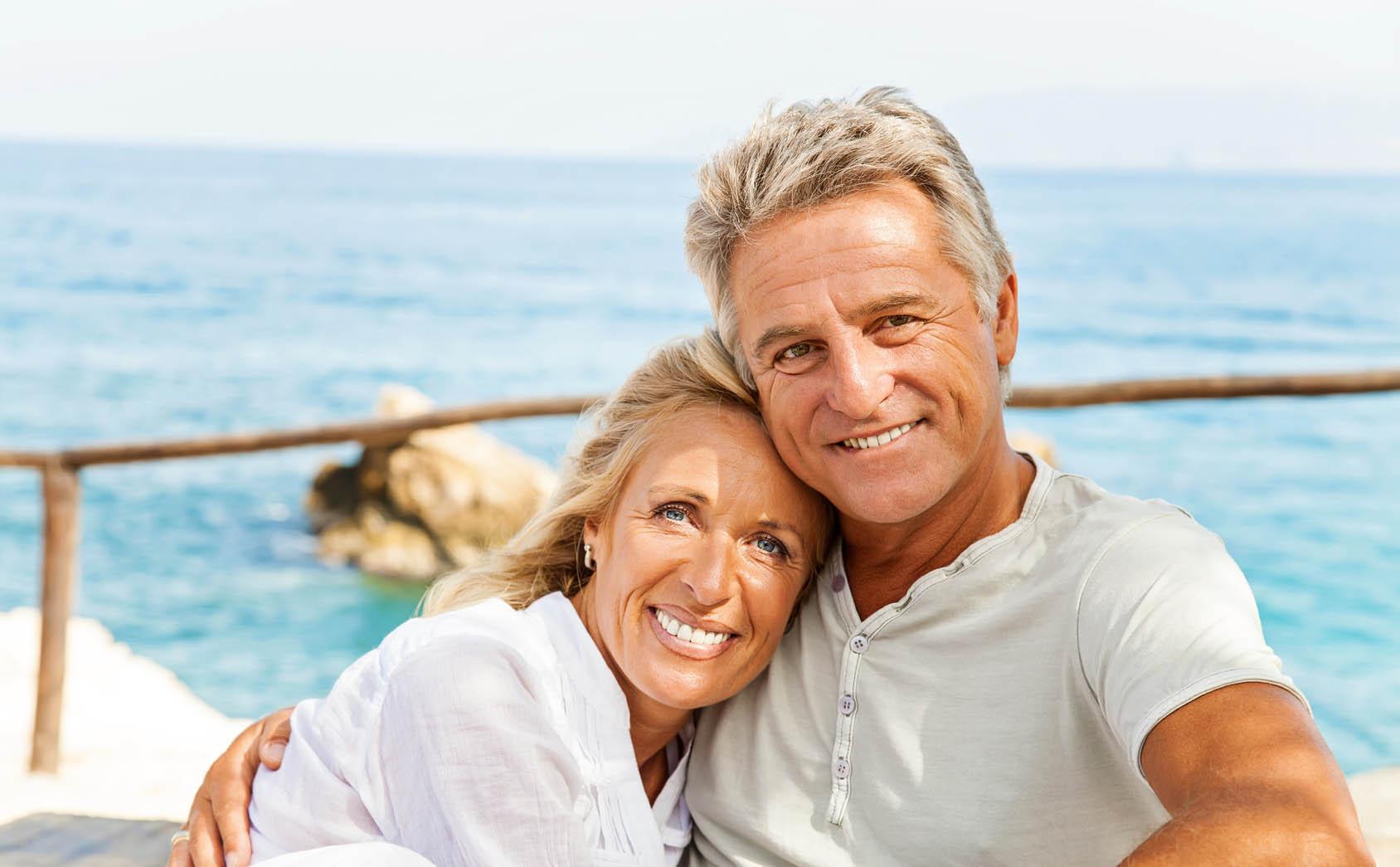 Implantate sind eine bewährte Behandlungsmethode und halten länger als Zahnbrücken und Prothesen.